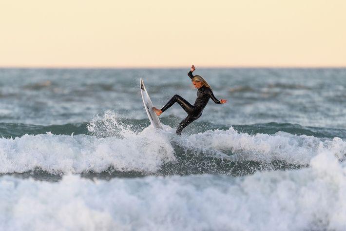 A campeã de surfe da Nova Zelândia Ava Henderson no mar em Christchurch em 28 de ...