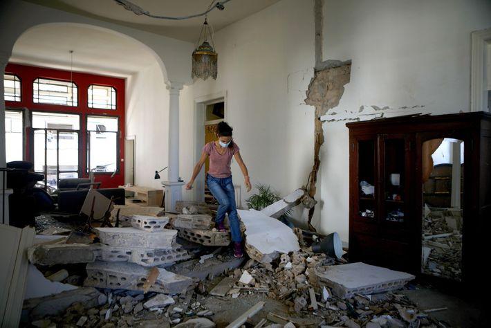 No dia seguinte à explosão, enquanto a equipe de resgate buscava sobreviventes em meio à destruição, ...