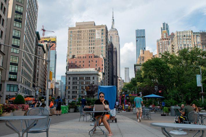 Uma mesa ao ar livre no Flatiron District de Nova York, com vista para o Empire ...