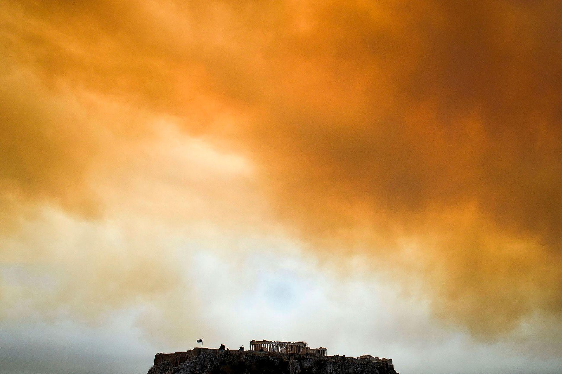O Partenon, antigo templo erguido na Acrópoles em Atenas, na Grécia, em meio à fumaça que ...