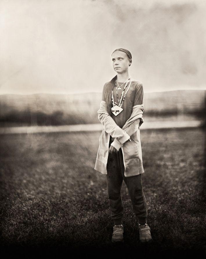 Greta Thunberg posa para a  fotografia entitulada Standing For Us All ('Representando todos nós', em tradução ...