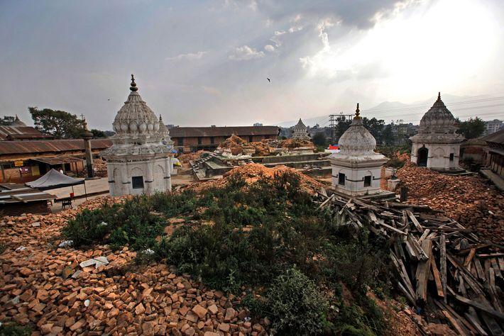 Escombros circundam um dos complexos de templos mais antigos após o devastador terremoto de 2015 em ...