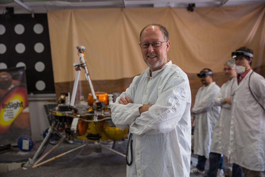 Bruce Banerdt, investigador principal da sonda InSight, posa ao lado de uma réplica da InSight usada ...