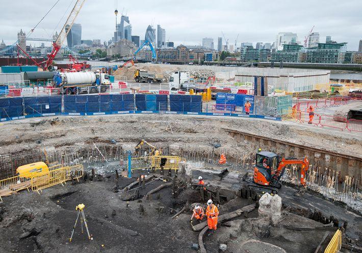 Arqueólogos e especialistas do Museu de Arqueologia de Londres recuperam um esqueleto de 500 anos durante ...