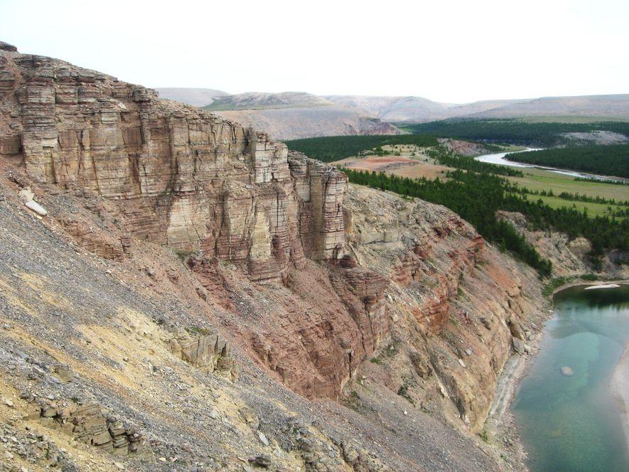 Cientistas coletaram amostras de rochas dos penhascos da seção Khorbusuonka, na Sibéria. Os minerais ricos em ...