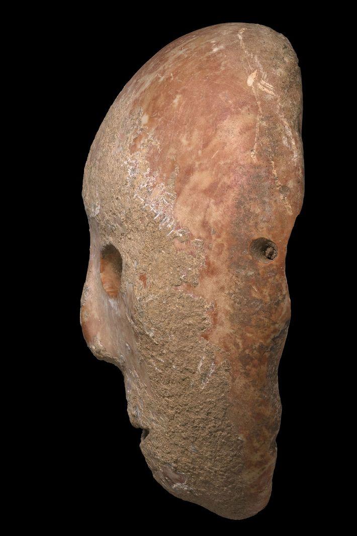 Com base nos orifícios localizados nas laterais da máscara, alguns pesquisadores sugerem que elas tenham sido ...