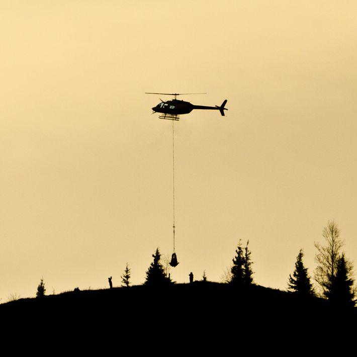 Um helicóptero entrega equipamentos no Monte Santa Helena para monitorar possíveis atividades. Os diversos instrumentos que ...