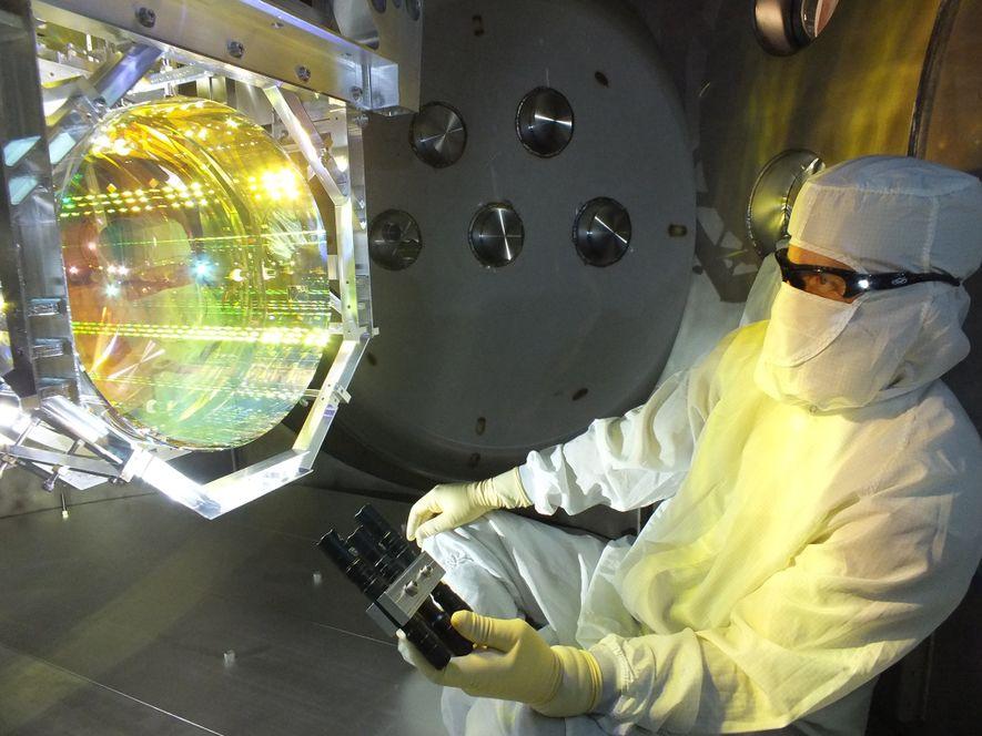 Os detectores do LIGO usam lasers e espelhos alinhados de maneira precisa para detectar movimentos minúsculos ...