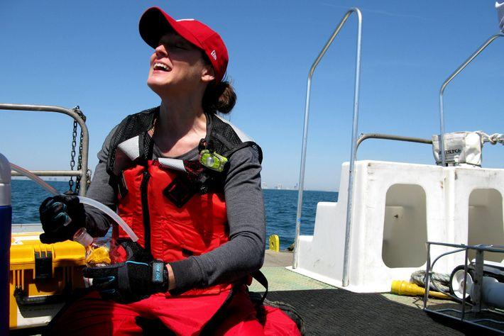 Grace Saba, de Rutgers, colhe amostras de água para entender melhor a mudança no oceano.