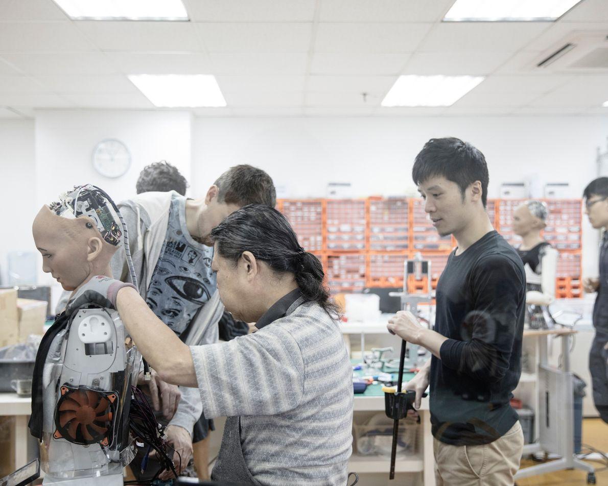 """Engenheiros trabalham no laboratório do Hanson Robotics em Hong Kong, que é frequentemente chamado de """"Casa ..."""
