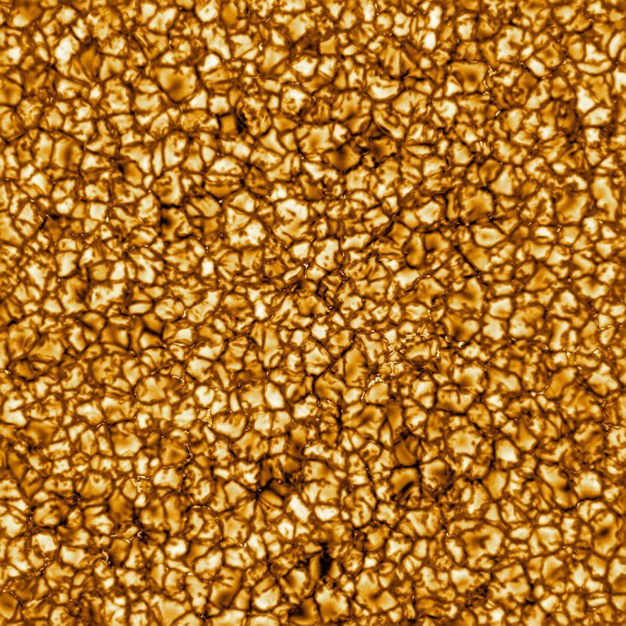 Esta foto tirada pelo Telescópio Solar Daniel K. Inouye, e divulgada em fevereiro de 2020, é ...
