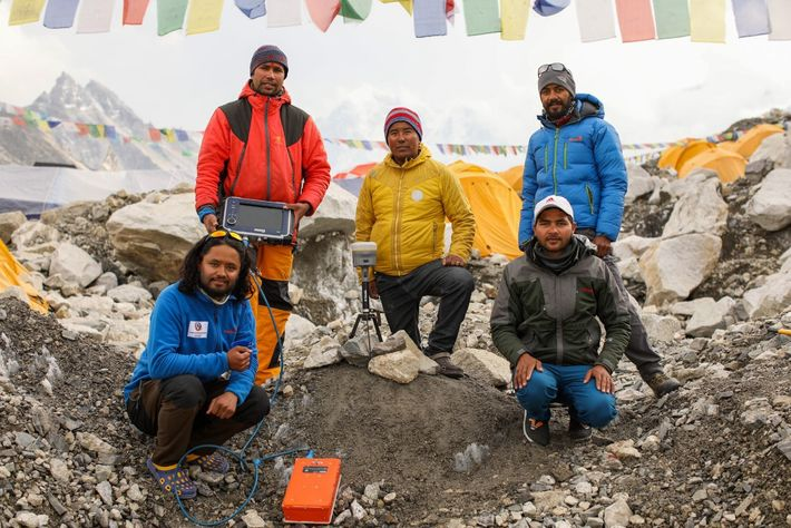 Khimlal Gautam, diretor de levantamentos do Nepal (à esquerda, em pé), com sua equipe no acampamento ...