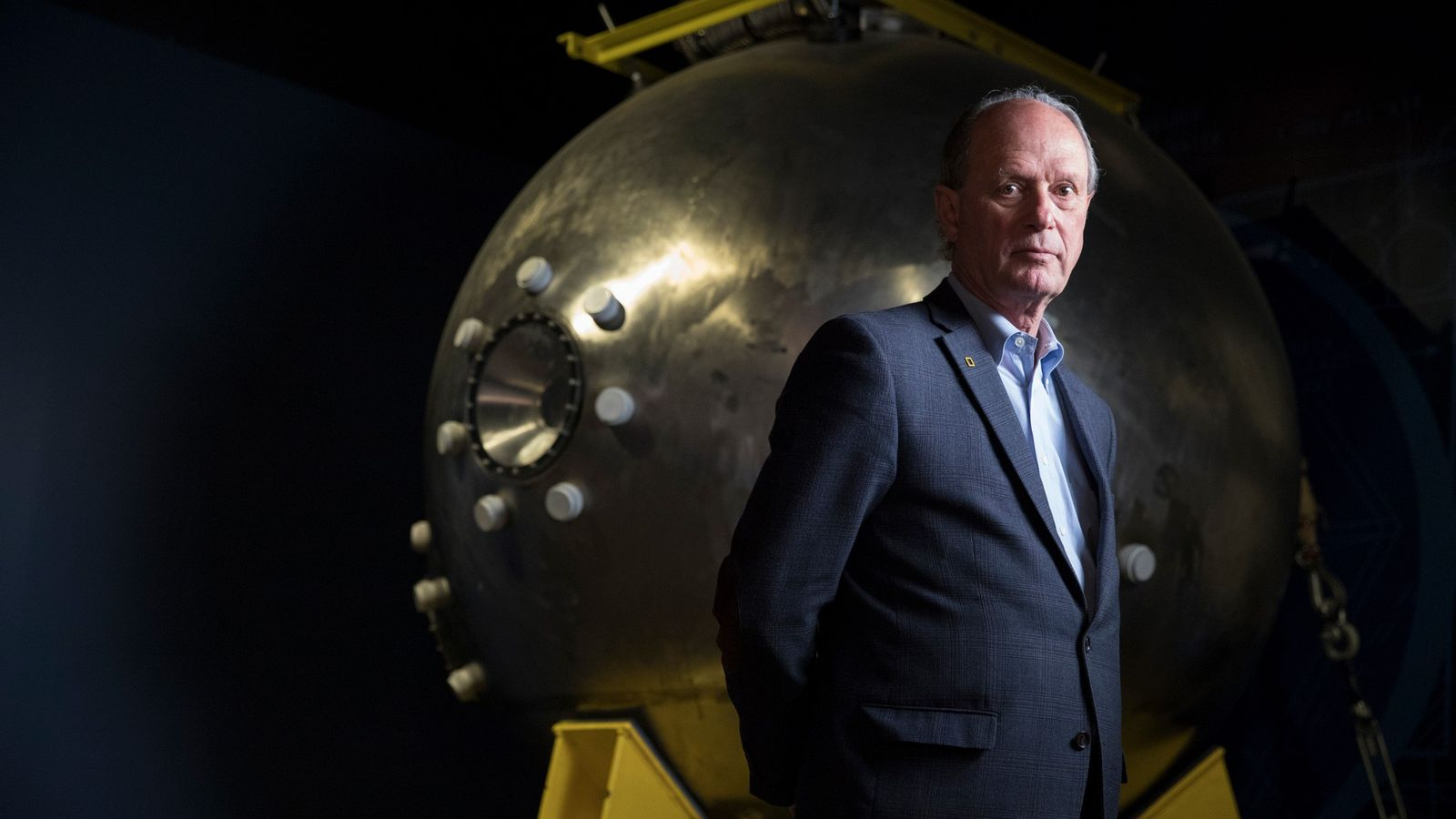 Robert Ballard, descobridor do Titanic, está diante do módulo da tripulação do Alvin, o submarino de ...