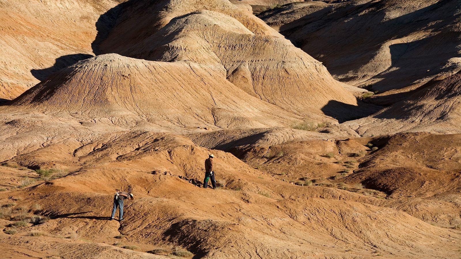 Cientistas explorando a Bacia de Junggar, na região norte da China. As rochas espalhadas pelo país ...