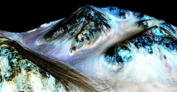 água salgada de Marte na cratera hale