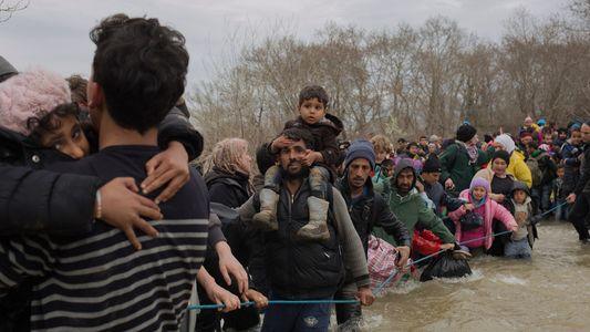 Refugiados e migrantes presos em fronteira na Grécia