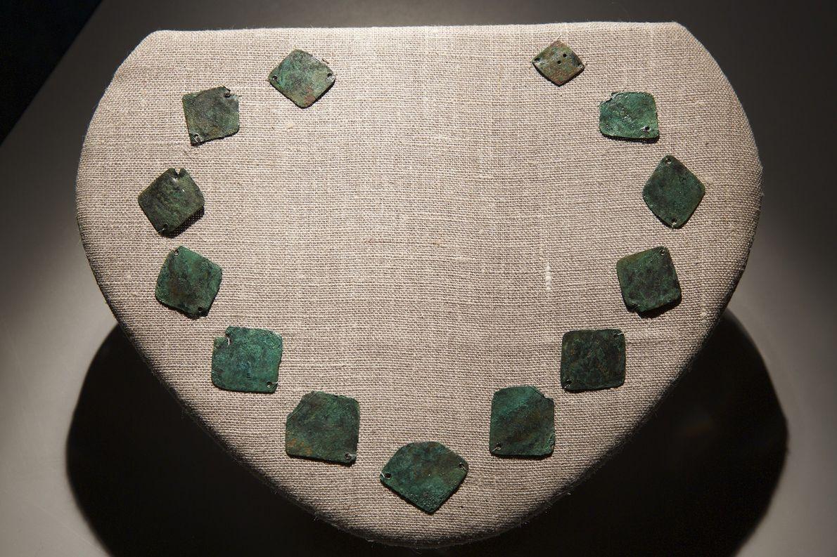 Placas de cobre feitas na Europa foram coladas em um colar para os nativos americanos. O ...