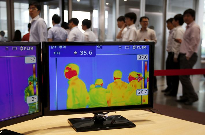 Câmeras térmicas, como as utilizadas no último mês em Seul, Coreia do Sul, para avaliar funcionários ...