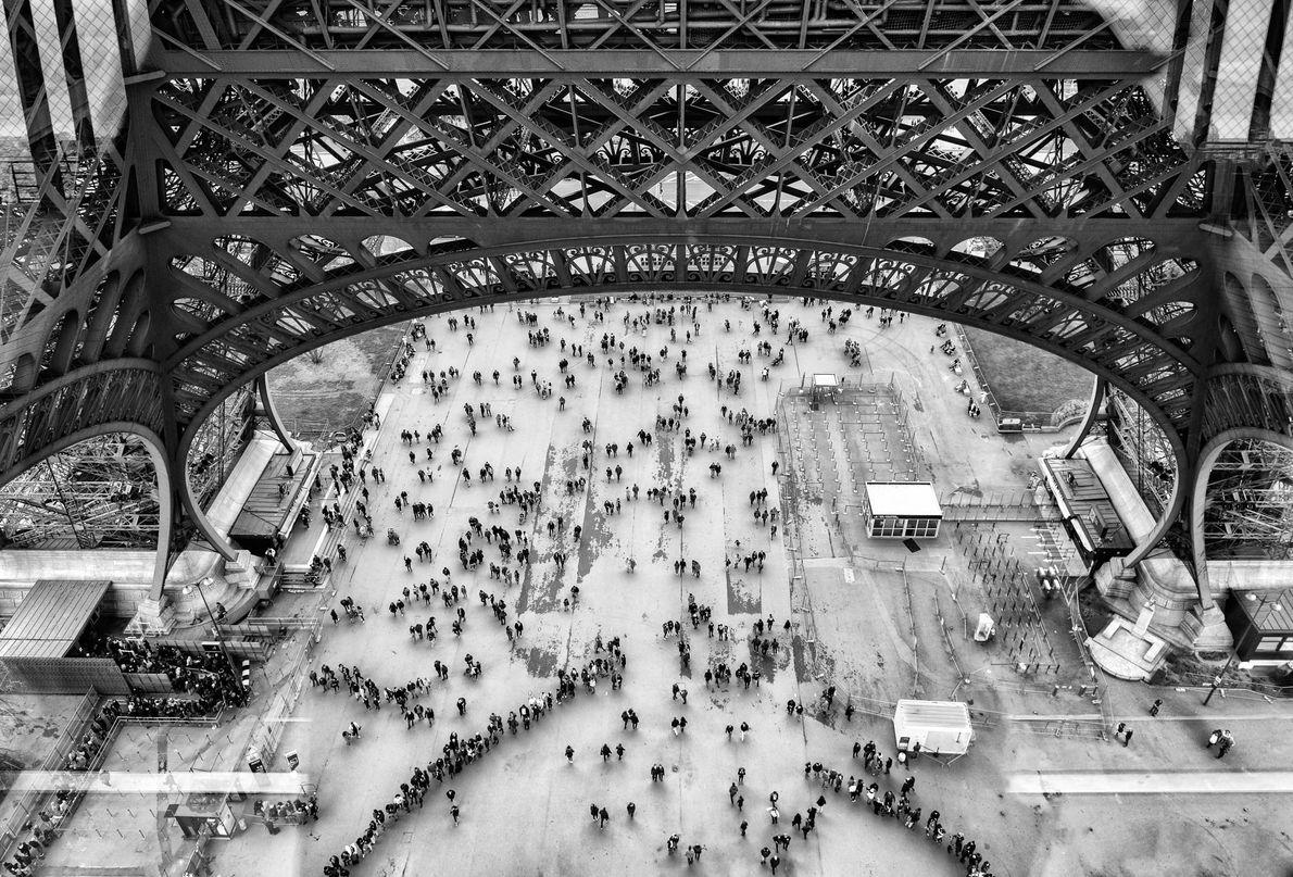 O símbolo da cidade, a Torre Eiffel, pesa 10,1 mil toneladas e levou dois anos, dois ...