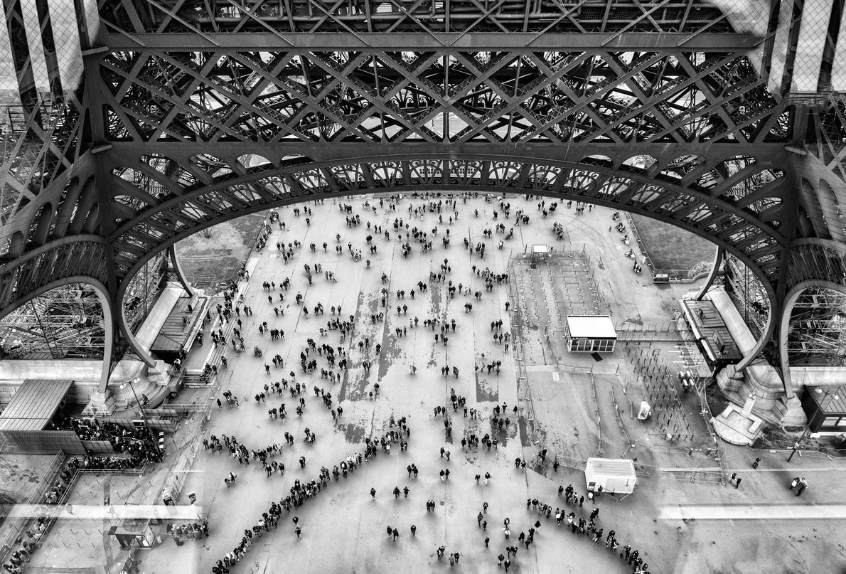 O símbolo da cidade, a Torre Eiffel, pesa 10,1 mil toneladas e levou dois anos, dois …