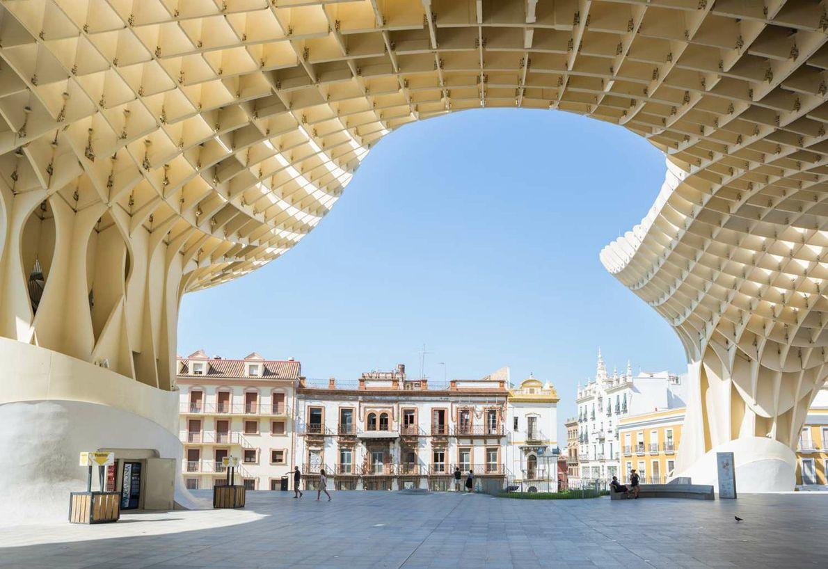 SEVILHA, ESPANHA As linhas modernas da construção Metropol Parasol modelam os prédios históricos de Sevilha, na Espanha, …