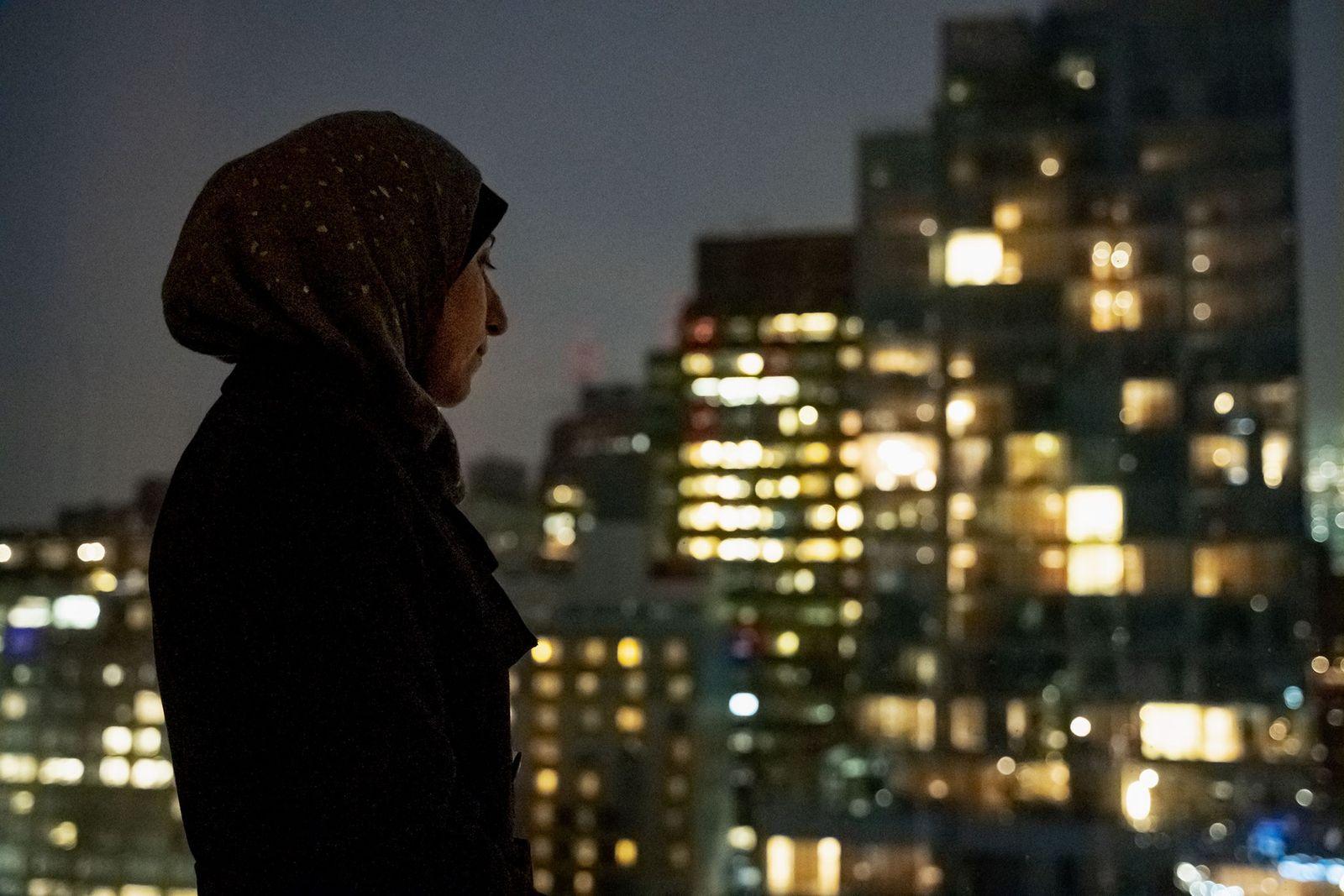 """Enquanto Ballour viaja pelo mundo, ela lamenta as atrocidades que ainda ocorrem na Síria. """"Os assentamentos ..."""