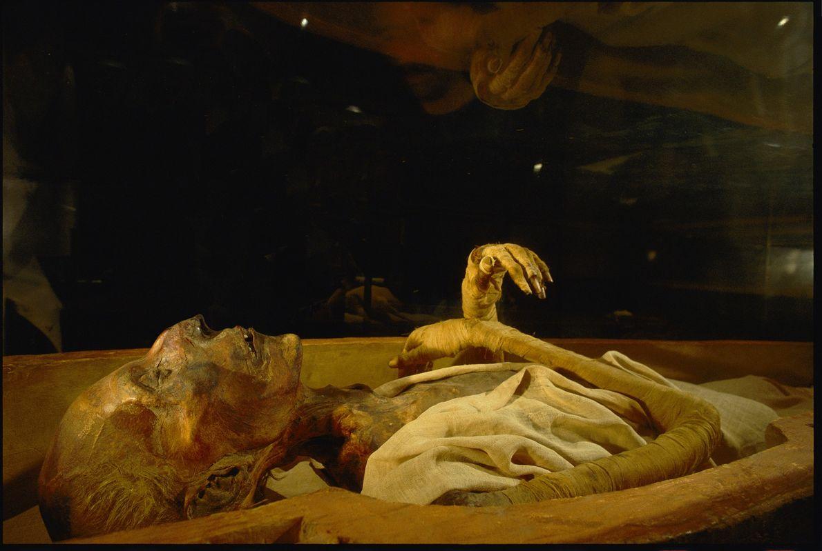 Visitantes observam os restos mumificados de Ramsés II no Museu Egípcio do Cairo. O faraó, que …