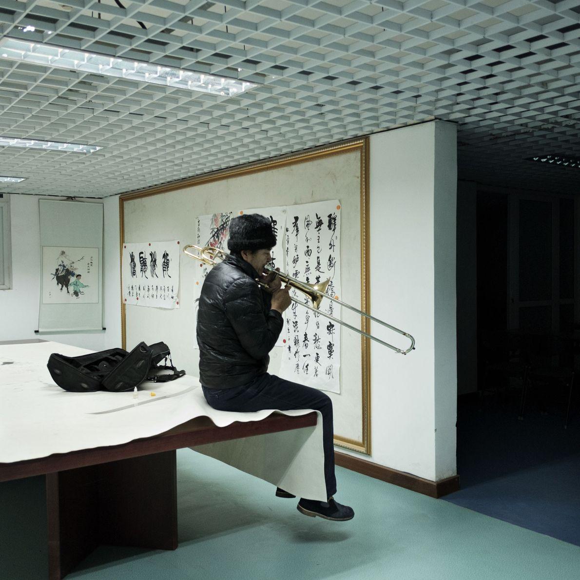 Um músico toca trombone em um centro de atividades conhecido como Sindicato Cultural e Artístico, no ...