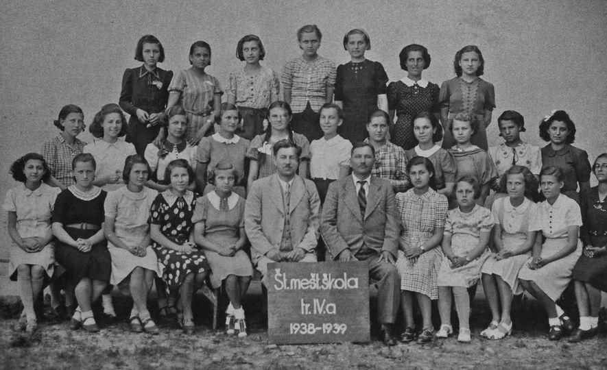 Das nove meninas judias nesta foto da turma em sua escola em Humenné, apenas três sobreviveram ...