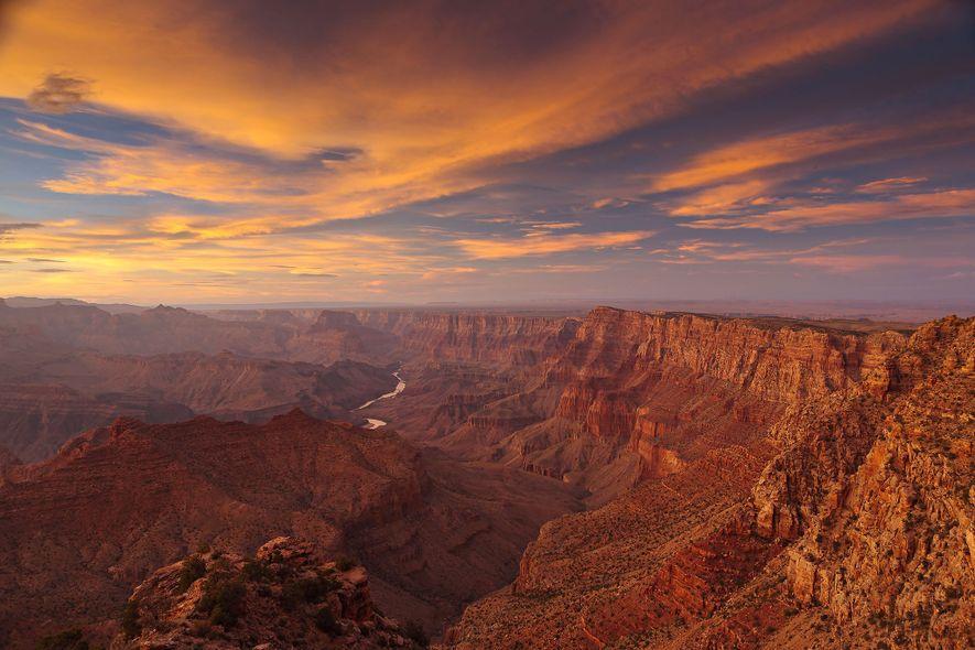 O brilho do sol ilumina as falésias em Navajo Point.