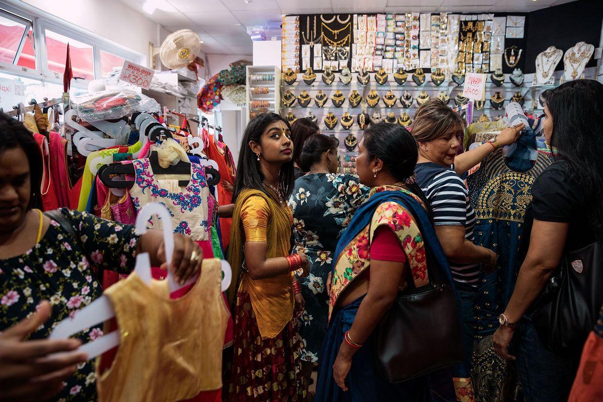 Darshana Govindram, 24 anos, faz compras para se preparar para o Diwali, o Festival das Luzes ...
