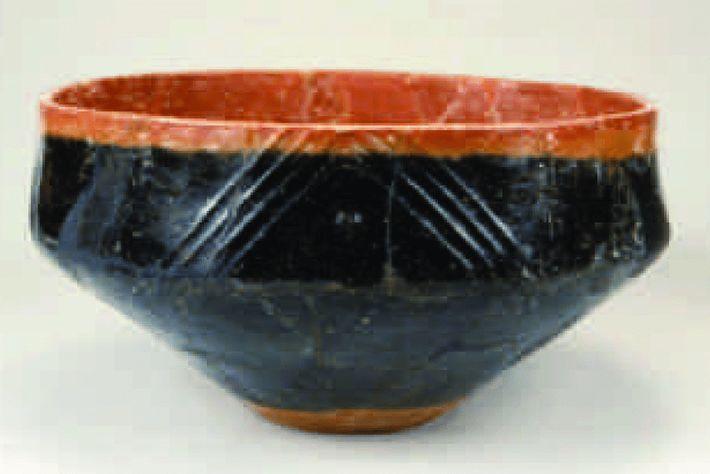 Cerâmica vermelha e preta como a da imagem, datada aproximadamente de 2.500 a.C., foi encontrada na ...