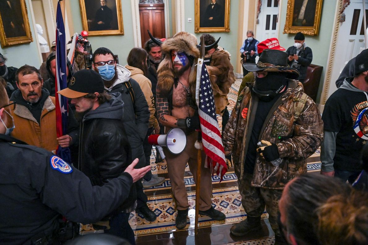 Apoiadores de Trump romperam barricadas e entraram na câmara do Senado e nos gabinetes de parlamentares. ...