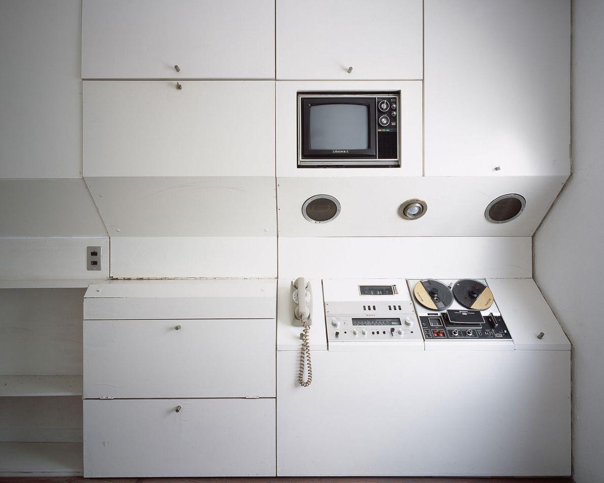 O gabinete lateral desta cápsula possui uma televisão colorida, lâmpada, telefone, relógio, rádio e sistema de ...