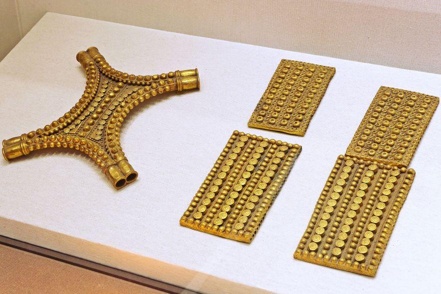 O tesouro inclui placas de ouro na forma de retângulos e em couro de boi.