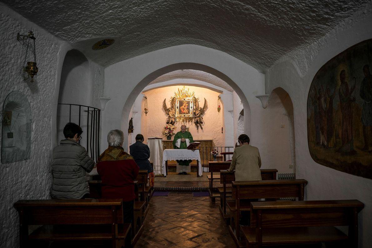 Padre realiza missa na Nuestra Señora de Gracia, igreja subterrânea da Igreja Católica em Guadix. Uma ...