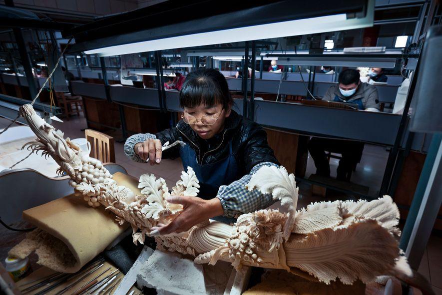 Antes da proibição do marfim, a China contava com muitas fábricas de entalhe e distribuidores de ...