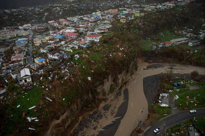 Dez dias após o Furacão Maria atingir Dominica, as fotos aéreas mostravam tamanha devastação que o ...