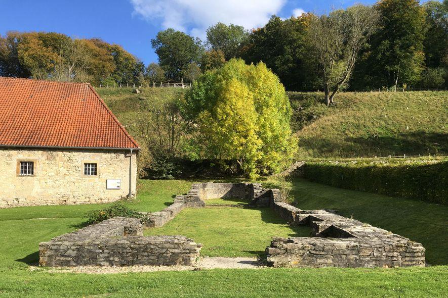 As fundações de uma igreja associada a uma comunidade religiosa de mulheres medievais na Alemanha, onde ...