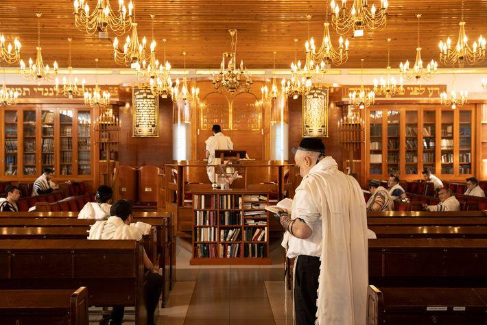 Homens se reúnem para orações matinais na Grande Sinagoga de Sarcelles. Milhares de residentes judeus deixaram ...