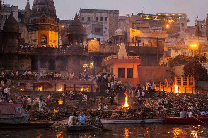 Todos os dias, na cidade de peregrinações de Varanasi, dezenas de corpos são cremados sobre piras ...