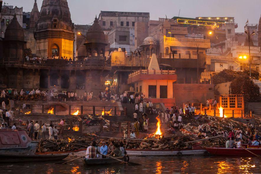 Todos os dias, na cidade de peregrinações de Varanasi, dezenas de corpos são cremados sobre piras de madeira e suas cinzas se espalham nas correntes sagradas do Ganges.