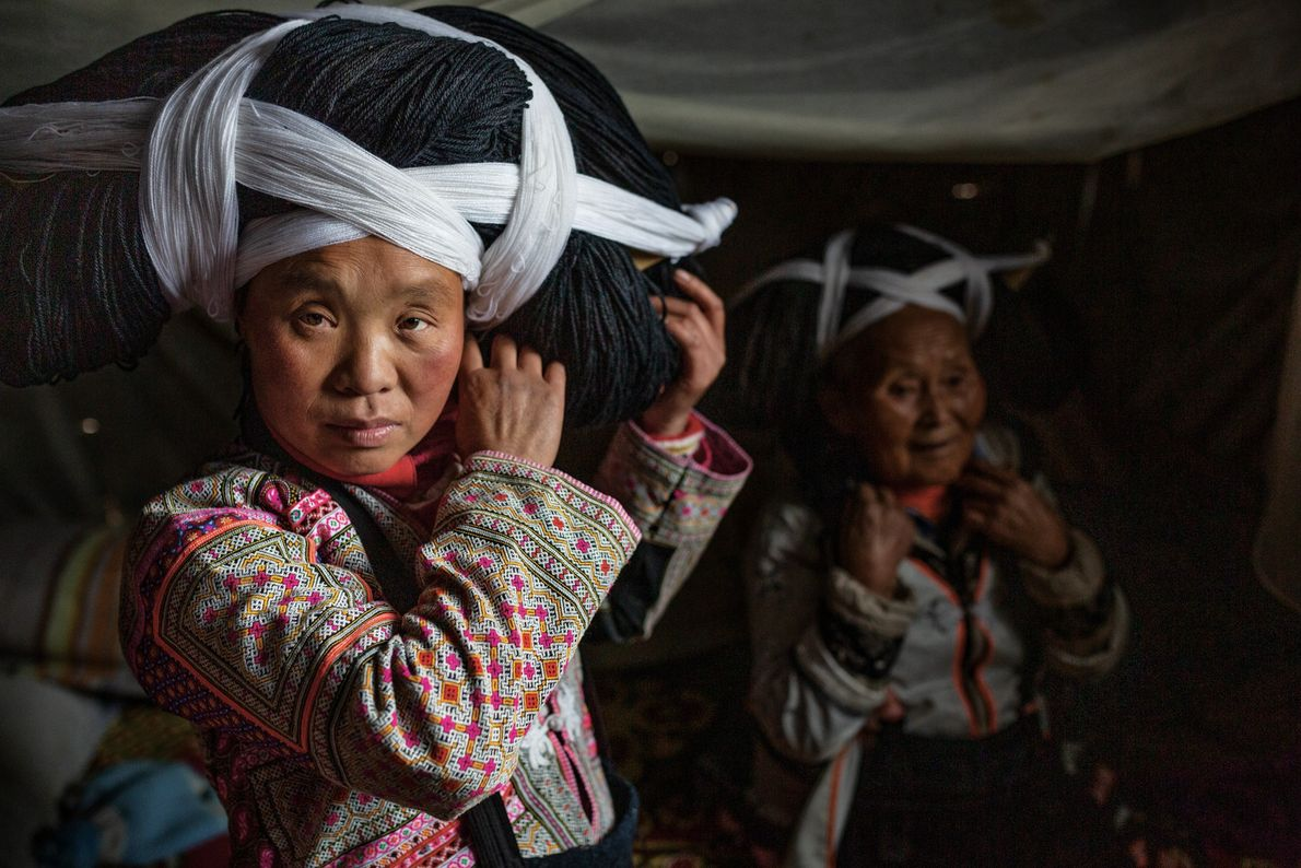 Província de Guizhou, China As mulheres da tribo Longhorn Miao, na província de Guizhou, na China, usam ...