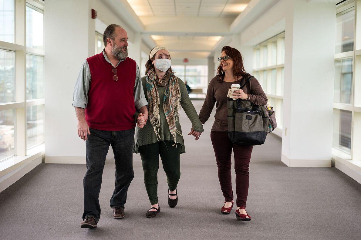 Katie e seus pais saem da Clínica Crile Eye na Clínica Cleveland de Ohio. A visão ...
