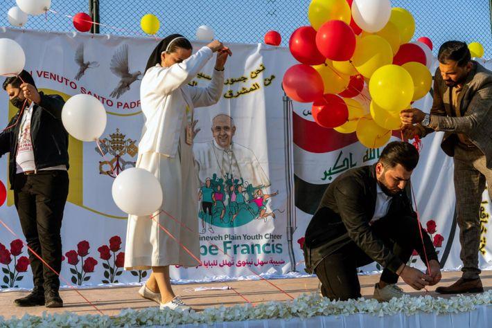 Moradores preparam balões e faixas para a chegada de Francisco a Qaraqosh. Antes da queda de ...