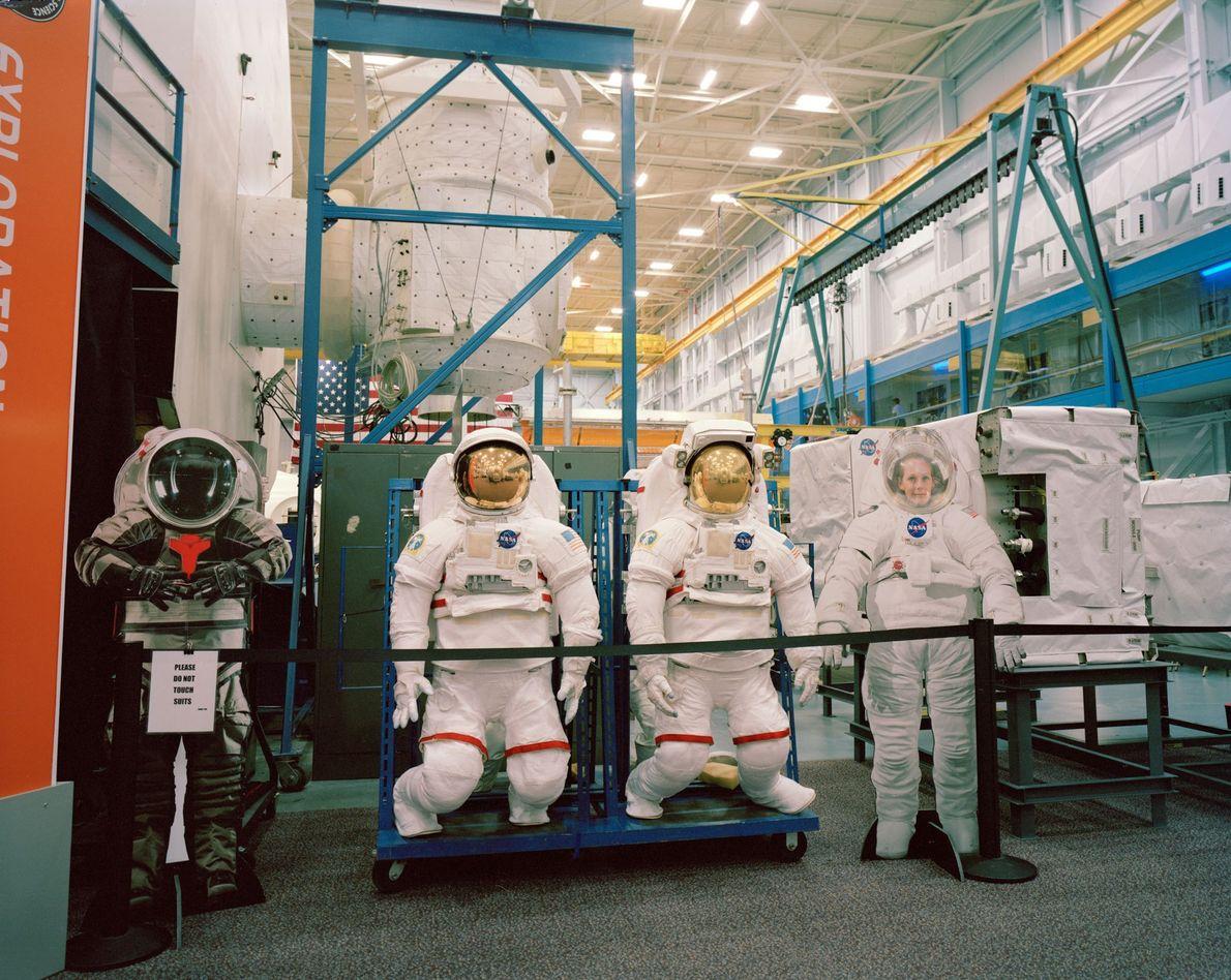 Estes protótipos de trajes espaciais ficam guardados no Space Vehicle Mockup Facility, no Centro Espacial Lyndon ...