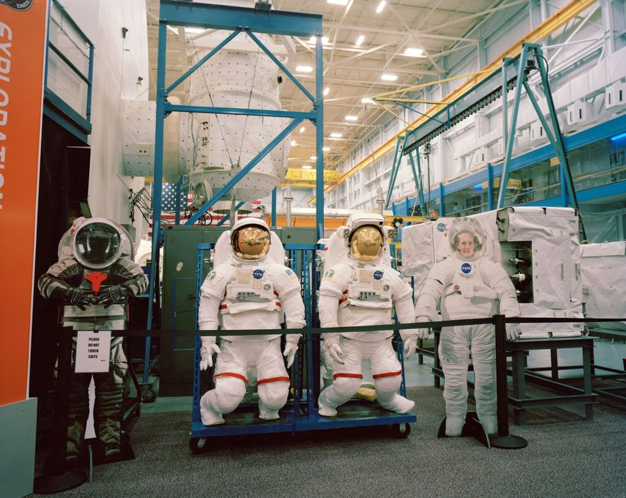 Estes protótipos de trajes espaciais ficam guardados no Space Vehicle Mockup Facility, no Centro Espacial Lyndon ...