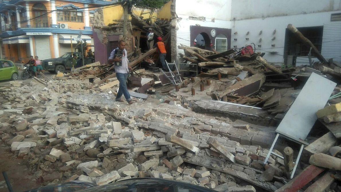 Um homem caminha entre os escombros em Tapachula, no México. O presidente do México, Enrique Pena ...