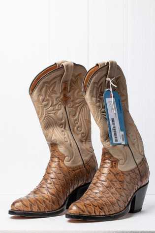 Antes do comércio internacional de pangolins ser proibido, produtos em couro, como essas botas, produzidas no ...