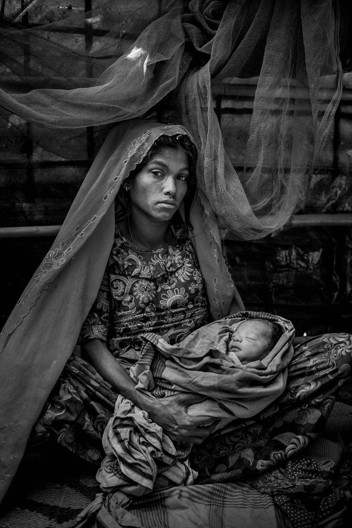 Fatema, uma refugiada rohingya, segura seu bebê de um dia de vida, Asma Bibi.
